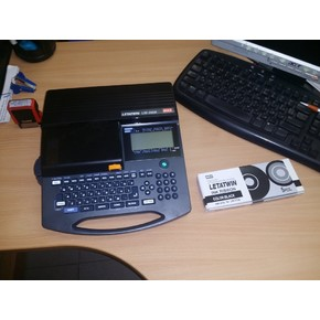 Полностью программируемая машинка LM-390A/PC для нанесения маркировки на ПВХ, термоусаживаемую трубку и самоклеющуюся ленту