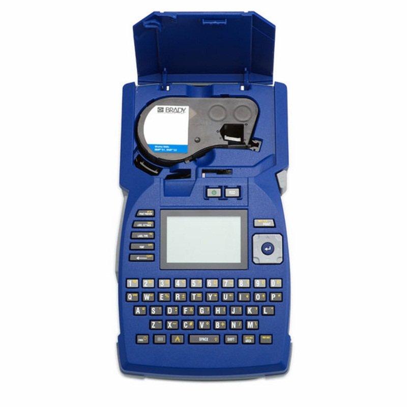 Принтер термотрансферный портативный Brady bmp51,английская клавиатура. в компл.: жесткий кейс,li-ion аккумулятор 12в,сетевой адаптер 220в,usb кабель,cd с драйвером,cd с описанием eng,mc1-1000-422, белый, 25.4x7620 мм, Полиэстер